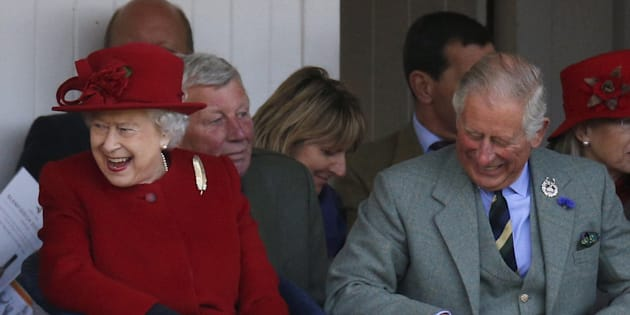 Isabel II y el príncipe Carlos en Escocia en septiembre de 2015.