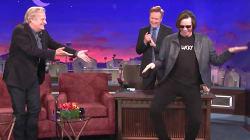 Jim Carrey surprend Jeff Daniels en faisant dérailler son entrevue à l'émission de Conan