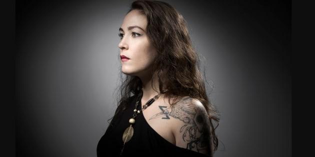 """Laura Levêque s'est fait encrer un corbeau, une éclipse et un serpent qui se mord """"pour le cycle de la vie et de la mort"""", et """"des fleurs qui poussent sur les champs de combat""""."""