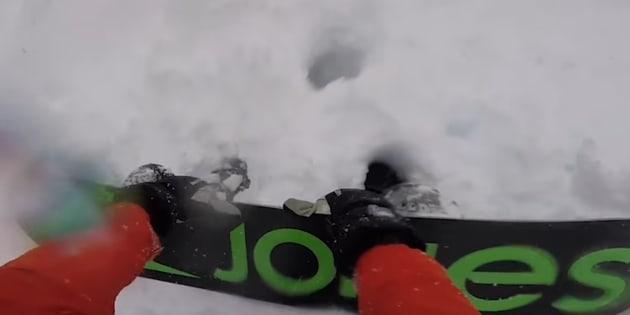 Un skieur vient en aide à un snowboarder happé par une avalanche