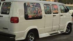 Colis piégés: le van du suspect était recouvert d'affiches qui en disent long sur ses