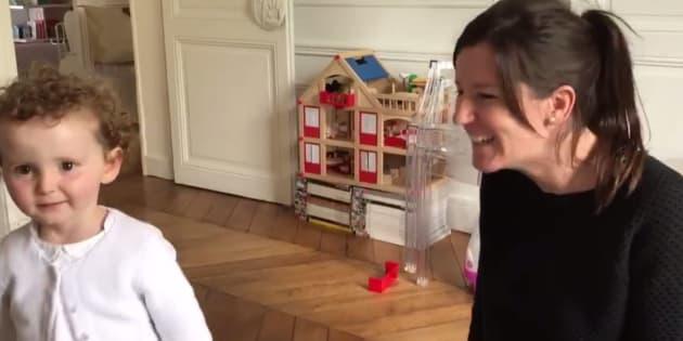 À deux ans, cette fillette sourde sait déjà lire les échographies de sa maman