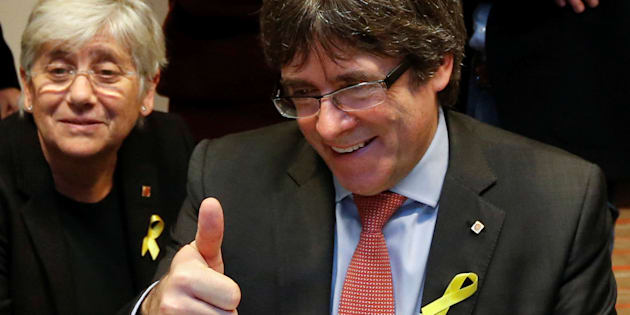 Carles Puigdemont hace un gesto de triunfo mientras comparte con su equipo el escrutinio de los votos en Bruselas.