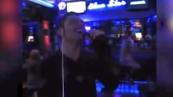 Tiziano Ferro entra in un bar in Portogallo e inizia a cantare. Ma il pubblico non sa chi