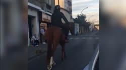 Il est filmé sur son cheval dans les rues de