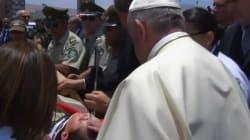 Le pape François descend de sa papamobile pour aider une policière tombée de