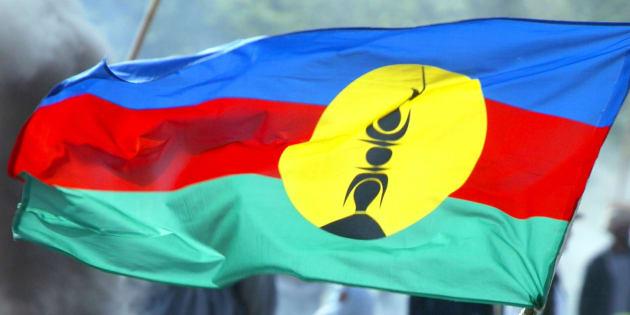 Le drapeau Kanak, devenu celui de la Nouvelle-Calédonie.