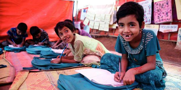 La jeune réfugiée rohingya, Sofiat, âgée de 7 ans, prend part à une classe dans le centre d'apprentissage Kokil de l'UNICEF, dans le camps pour personnes réfugiées d'Unchiprang, à Cox's Bazar, au Bangladesh.