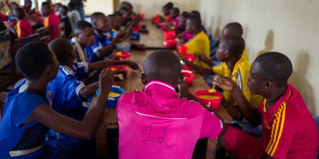 Antiguos niños soldado, desmovilizados de una milicia, en un centro de transición y orientación en República Democrática del Congo.