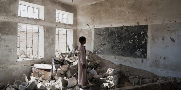 Un niño visita las ruinas de su escuela, la Aal Okab de Saná (Yemen), el pasado abril.