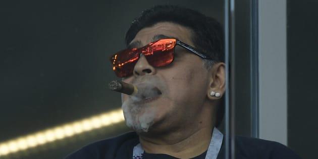 Diego Maradona fumando un puro mientras observa el partido de Argentina contra Islandia en el Estadio Spartak.