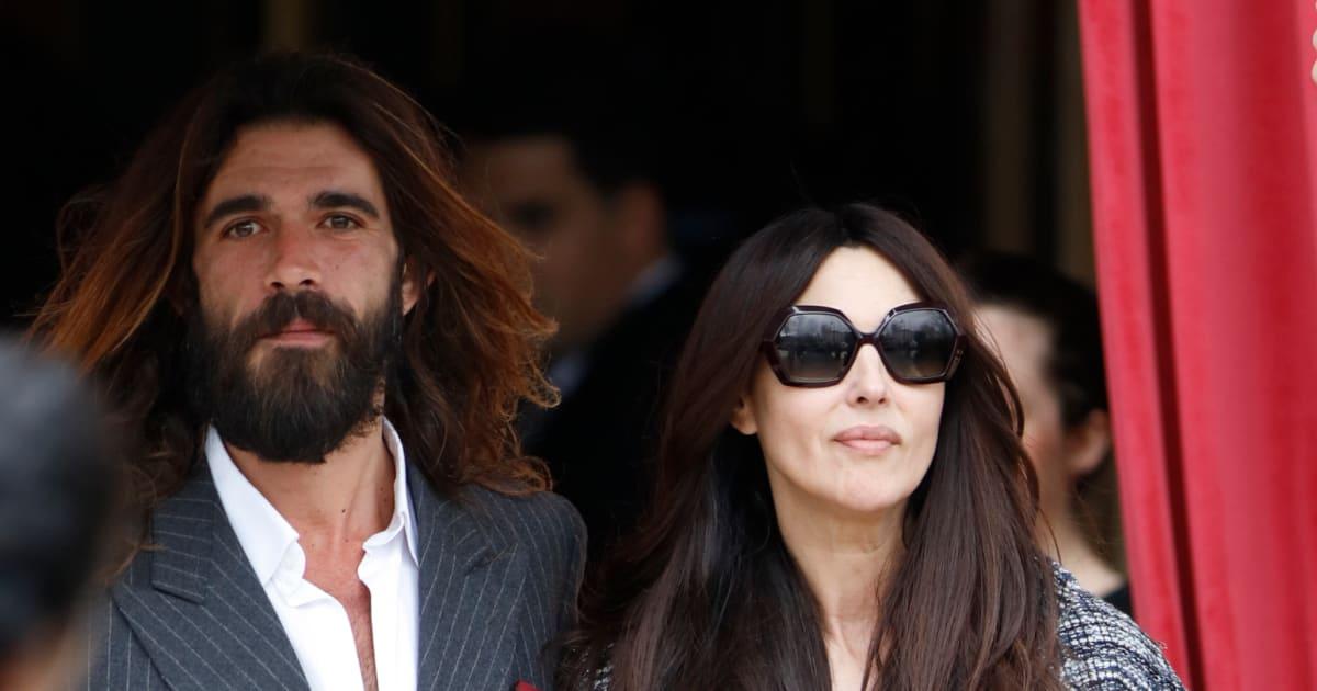 Monica Bellucci: prima uscita pubblica col fidanzato, mano nella mano alla sfilata Chanel