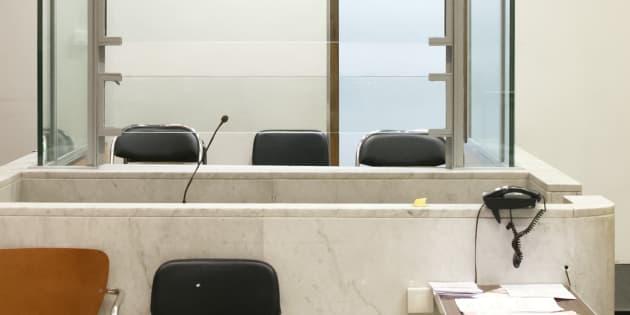 """Les box vitrés au tribunal, """"atteinte disproportionnée aux droits fondamentaux"""" pour le Défenseur des droits"""