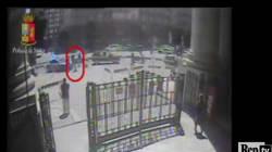 Il video dell'immigrato che ha cercato di accoltellare un poliziotto alla stazione di