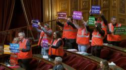 En soutien aux cheminots, ces sénateurs ont revêtu leurs gilets orange dans
