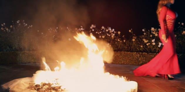 """Dans son nouveau clip """"I Don't"""", Mariah Carey brûle la robe qu'elle était censée porter pour ses fiançailles, annulées au dernier moment."""