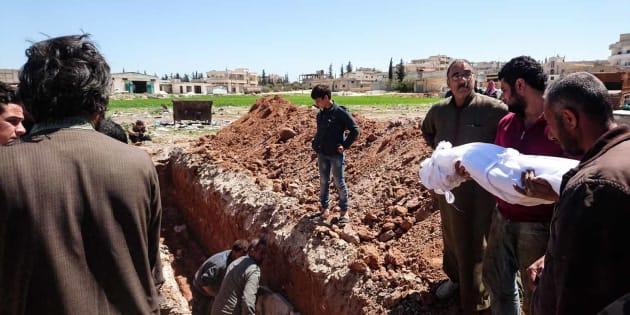 Des victimes de l'attaque aux armes chimiques qui a fait 86 morts près de la ville de Khan Cheikhoun en Syrie.