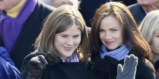 Jenna et Barbara Bush saluent Sasha et Malia Obama lors de la cérémonie d'inauguration de janvier 2009.