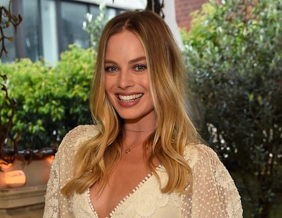 Margot Robbie is unrecognizable as Queen Elizabeth I