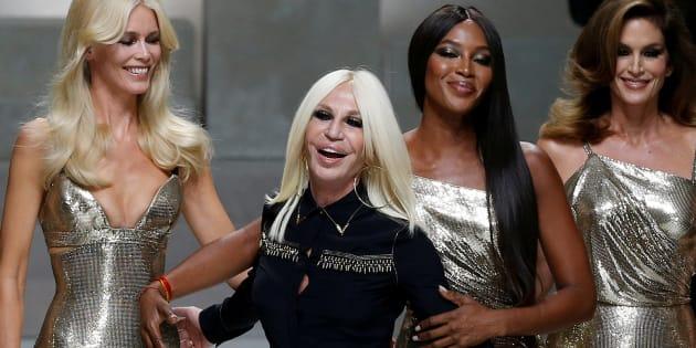 Donatella Versace avec Claudia Schiffer, Naomi Campbell, Cindy Crawford et  Helena Christensen au défilé ab1e620345a