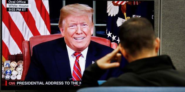 Un hombre ve el discurso del presidente de EEUU.