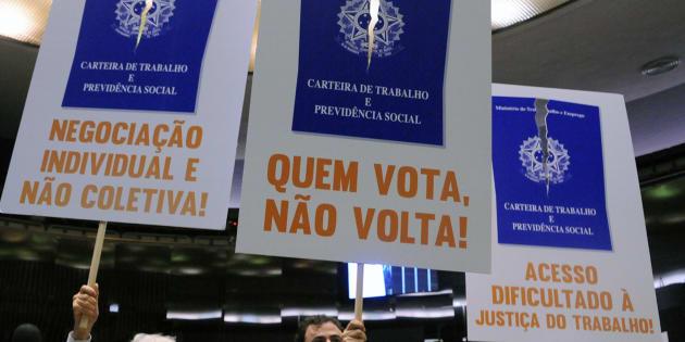 Deputados protestam, em plenário, contra a reforam trabalhista.