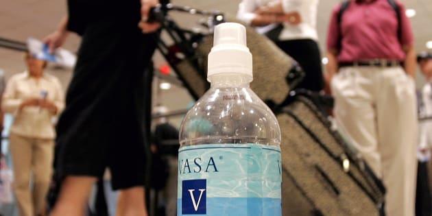 Imagen de archivo de una botella de agua en un aeropuerto.