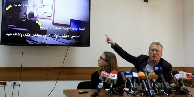 Basem Tamimi, padre de Ahed, junto a Mariam Barghouti, activista de la plataforma 'Liberad a los Tamimi', muestran a los medios un vídeo de uno de los interrogatorios de Ahed.