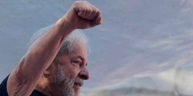 Former Brazilian President Luiz Inacio Lula da Silva attends a protest in front of the metallurgic trade union in Sao Bernardo do Campo, Brazil April 7, 2018. REUTERS/Leonardo Benassatto