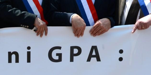 Des maires lors d'une manifestation anti GPA et anti PMA à Lyon en mai 2013. AFP PHOTO / PHILIPPE DESMAZES / AFP PHOTO / PHILIPPE DESMAZES