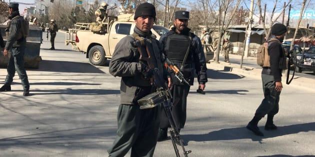 Policías afganos desplegados en las inmediaciones del lugar atacado.