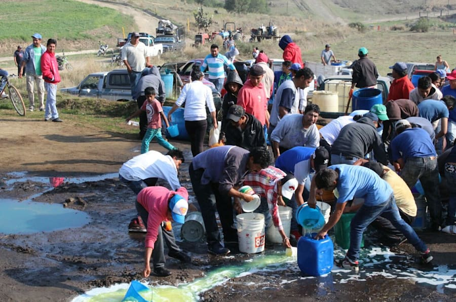 Pobladores se llevan combustible derramado tras fuga en Puebla
