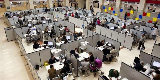 Imagen de archivo de funcionarios de Hacienda atendiendo a ciudadanos en una oficina de Madrid.
