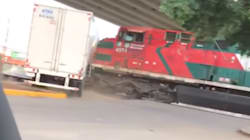 VIDEO: Tren impacta a tráiler en