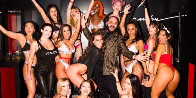 Le réalisateur et producteur de films pour adultes, Greg Lansky, entouré de plusieurs actrices des studios Vixen, Tushy et Blacked