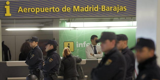 Un grupo de policías, ante el punto de información del aeropuerto de Barajas, en una imagen de archivo.