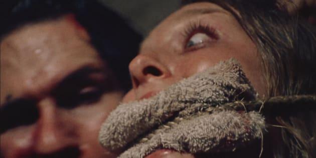 """Marilyn Burns et Edwin Neal dans le film d'horreur """"Massacre à la tronçonneuse""""."""