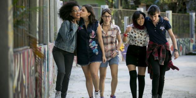 Keyla (Gabriela Medvedovski), Lica (Manoela Aliperti), Ellen (Heslaine Vieira), Tina (Ana Hikari) e Benê (Daphne Bozaski) são cinco amigas improváveis.