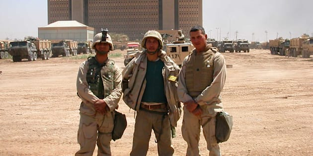 El autor (centro) en una imagen tomada durante la cobertura de la Guerra de Irak, en 2003.