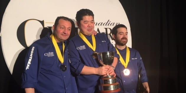 Entourant le Chef Alex Chen de Vancouver, médaillé d'or au centre, Eric Gonzalez, médaille d'argent à gauche et Barry Mooney, médaille de bronze  à droite.