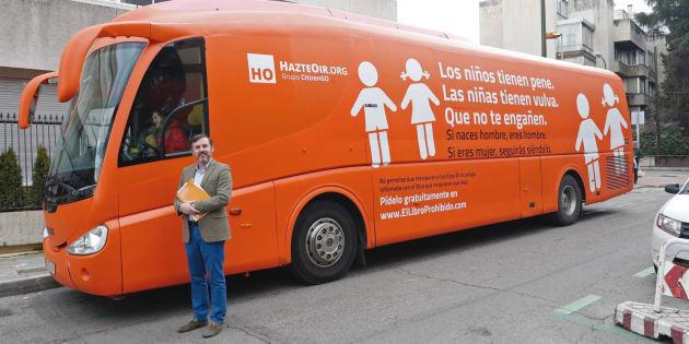 El presidente de Hazte Oír, Ignacio Arsuaga, posa junto al autobús rotulado con lemas contra los transexuales.