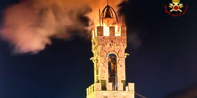 Brucia la Torre del Mangia a Siena, due vigili in borghese e un volontario evitano il peggio
