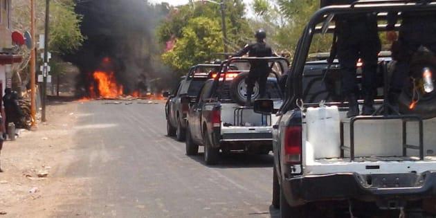 Pobladores de la comunidad de Totolapan intentaron impedir el ingreso de Policías Municipales y Militares, quienes acudieron a la zona a reforzar las medidas de seguridad, las autoridad han señalada que en esta zona se refugian líderes de la bada criminal de Los Tequileros. Los lugareños atravesaron carros y quemaron llantas para impedir su acceso. Esto fue el 12 de mayo de 2017. FOTO: ESPECIAL