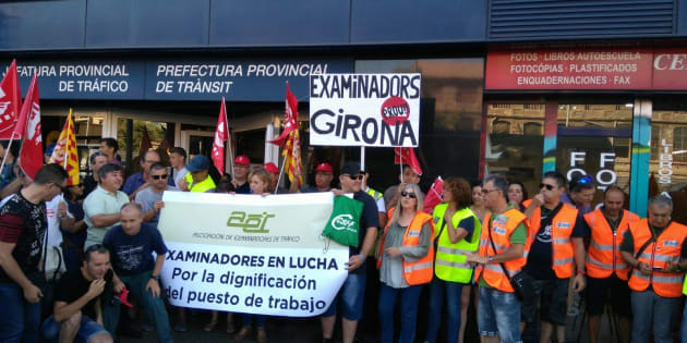 Concentración de examinadores de toda Cataluña a las puertas de la Jefatura de la DGT en Barcelona.