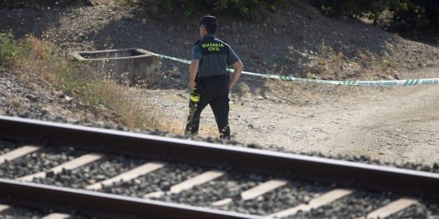 Un agente de la Guardia Civil revisa el lugar donde fue encontrado el cuerpo de la pequeña Lucía Vivar.