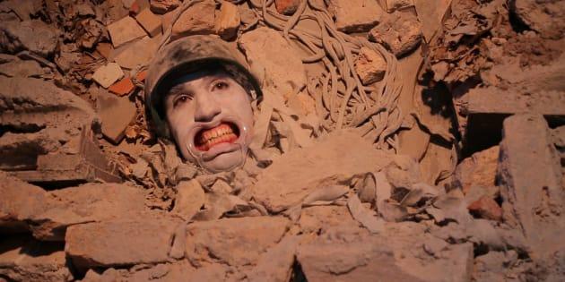 Do meio de escombros, ator do Grupo Redimunho de Teatro encena trecho da peça 'Siete Grande Hotel'.