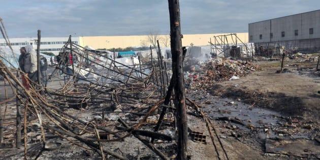 Le baracche e le tende distrutte dall'incendio che si � sviluppato la scorsa notte nella tendopoli per migranti di San Ferdinando, 27 gennaio 2018.Alessandro Sgherri) - ANSA CATANZARO
