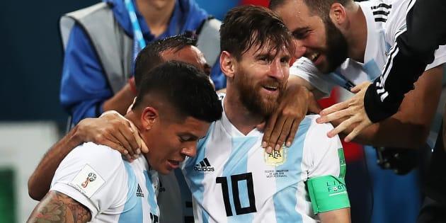 Lionel Messi (centre).