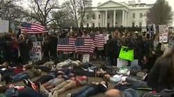 Des étudiants s'allongent devant la Maison Blanche pour symboliser les victimes des tueries de