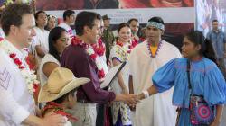 Peña visita Chiapas entre protestas y pobladores retienen a 7 policías